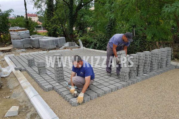 postavljanje_betonskih_kocki_61367D2BA-D59E-10C9-EAC8-706008F3FF49.jpg